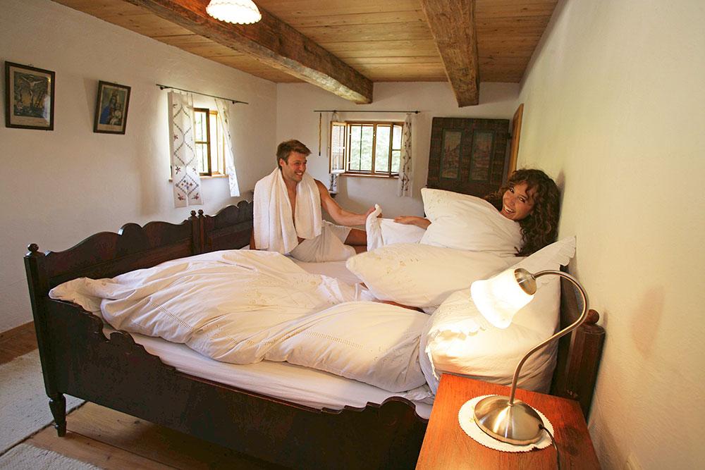 Traditionelles Schlafzimmer im Landhausstil in der Ferienwohnung im Getreidekasten