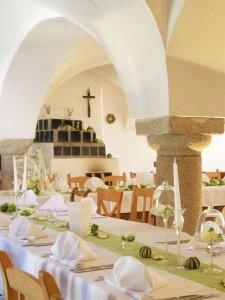 Für eine Familienfeier festlich gedeckter Tisch